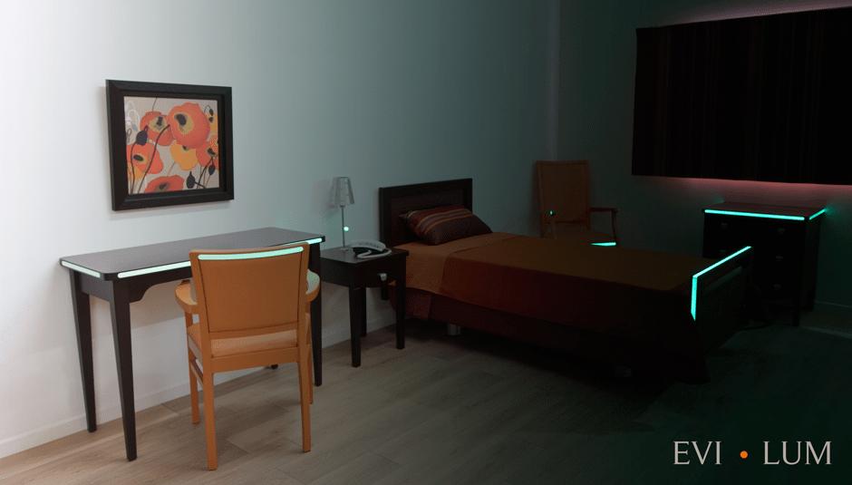 Évidences Mobiliers innove avec un procédé luminescent sur les meubles pour prévenir les chutes nocturnes.